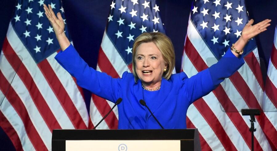 USAs kommende præsident – eller favoritten der snublede over mailserveren. Den demokratiske præsidentkandidat Hillary Clinton kan ikke slippe af med den tunge skygge, som hendes brug af privat mailserver til officielle beskeder kaster over tiden som udenrigsminister.