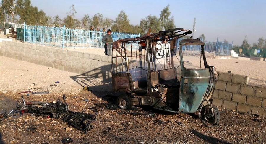 Mindst 12 personer er dræbt i et selvmordsangreb mod et begravelsesoptog i afghanske Jalalabad.