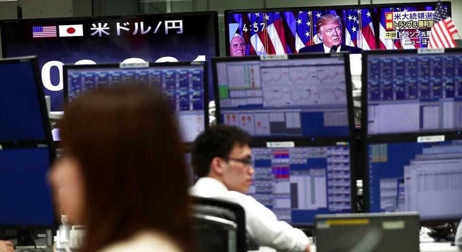De amerikanske aktier steg under kraftig omsætning onsdag, hvor Dow Jones Industrial Average kortvarigt tangerede det hidtidige rekordniveau oven på forventninger om, at Donald Trump, som kommende præsident i USA, vil forfølge en erhvervsvenlig politik.
