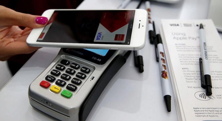 I din iPhone er der en såkaldt NFC-chip, som du også finder i dit kontaktløse dankort eller rejsekort. Chippen virker med alle dankortterminaler, hvor der er mulighed for at benytte kontaktløse dankort.