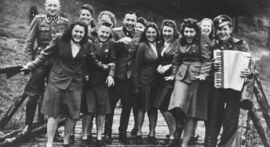 En flok muntre naziofficerer og kvindelige hjælpere (helferinnen) fotograferet i Auschwitz på et tidspunkt mellem juni 1944 og januar 1945. Det er Karl-Friedrich Höcker midt i billedet. Foto: Holocoust Museet i USA