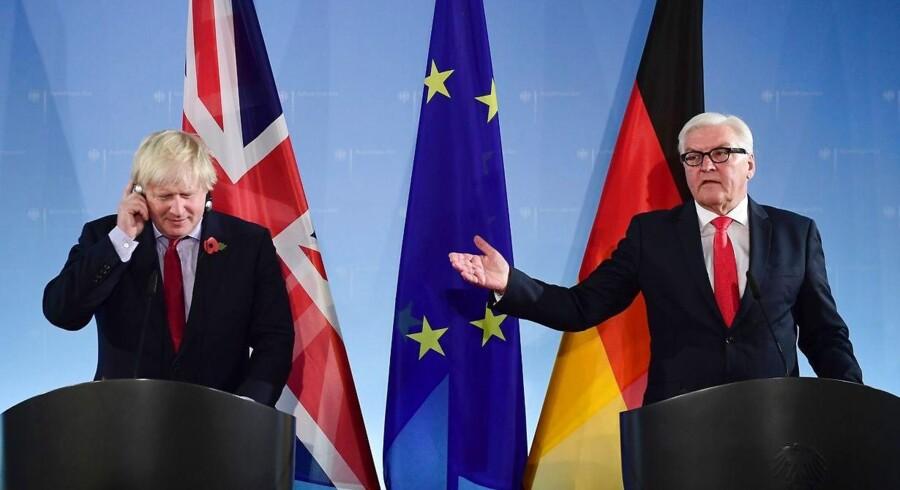 Tyskland udenrigsminister Frank-Walter Steinmeier (th.) den britiske ditto Boris Johnson.