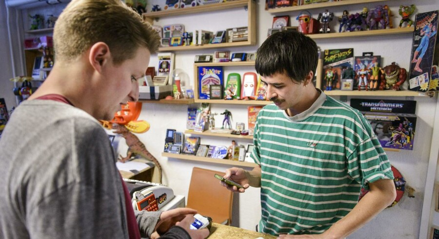 Journalist Niels Vedersø Østergaard er rundt i København og bruge Bitcoins. Bitcoin (BTC) er et online betalingssystem og dermed en virtuel valuta, der kan bruges til betalinger et begrænset antal steder på internettet og senest også i udvalgte fysiske butikker.