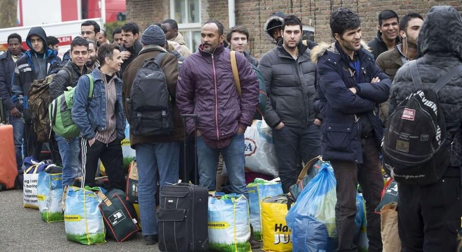 Flygtninge og migranter i kø ved asyllejren Droomgaard i Kaatsheuvel nær Rotterdam.