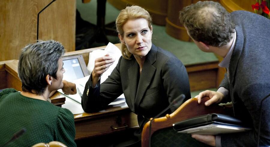 Statsminister Helle Thorning-Schmidt (S) her sammen med de Radikales forhenværende og nuværende formænd, Margrethe Vestager og Morten Østergaard, i folketingssalen.