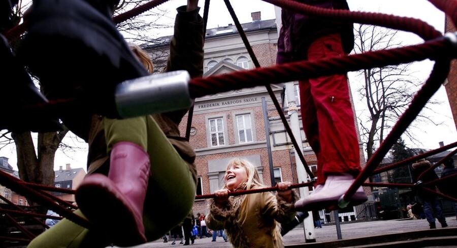 Arkivfoto: Eleverne på privatskolen Frederik Barfods Skole skolegård leger på klatrestativet.