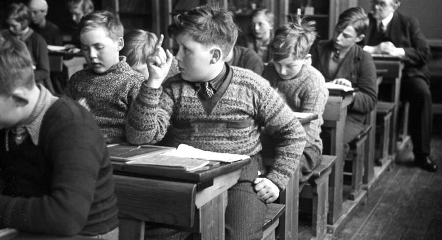 Undervisning i en skoleklasse i 1937. Drenge overhøres siddende ved deres skolepulte.;