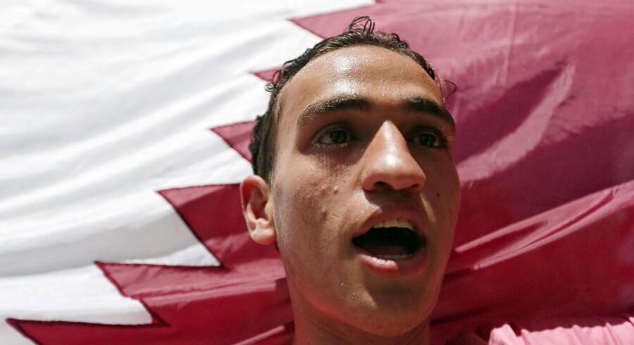 En palæstinenser flager med Qatars flag under en støttedemonstration i Gaza. Qatar er Hamas-bevægelsens hovedsponsor. Og det er en af årsagerne til, at Saudi-Arabien og en række andre arabiske lande har droppet de diplomatiske forbindelser til Qatar. 9 juni 2017. REUTERS/Ibraheem Abu Mustafa TPX IMAGES OF THE DAY