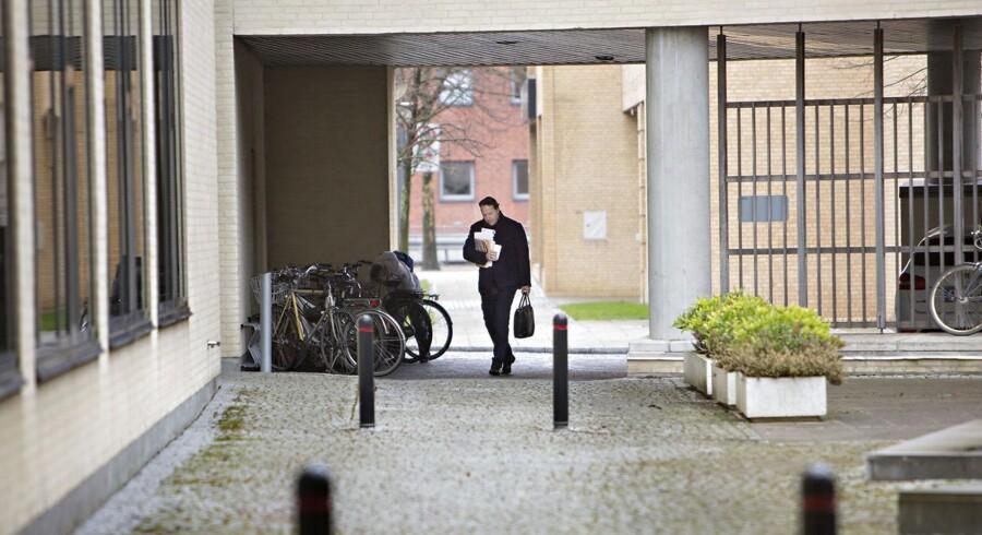 Peter Sonne Joensen fanget på vej ind i Probana Business Schools lokaler i Hellerup tilbage i foråret. I dag er samtlige virksomheder, han er involveret i, under konkursbehandling.Foto: Kristian Ridder-Nielsen