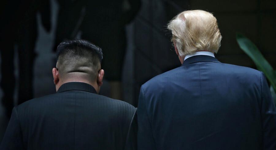 Den amerikanske præsident, Donald Trump, og den nordkoreanske leder, Kim Jong-Un, har i dag afholdt et møde i Singapore, hvor de bl.a. har underskrevet et historisk dokument. Der er ingen bindende aftaler, men begge parter fremhæver den »historiske« proces mod fred og en afatomisering af den koreanske halvø.