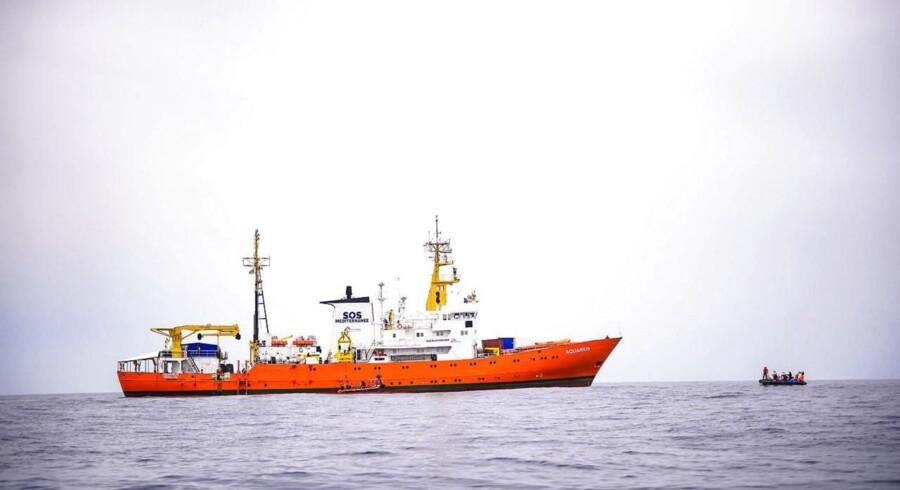 Redningsskibet »L'Aquarius«, der ikke kan få lov til at anløbe havne i hverken Italien eller Malta, er overfyldt med migranter og har kun mad og drikke til 48 timer.
