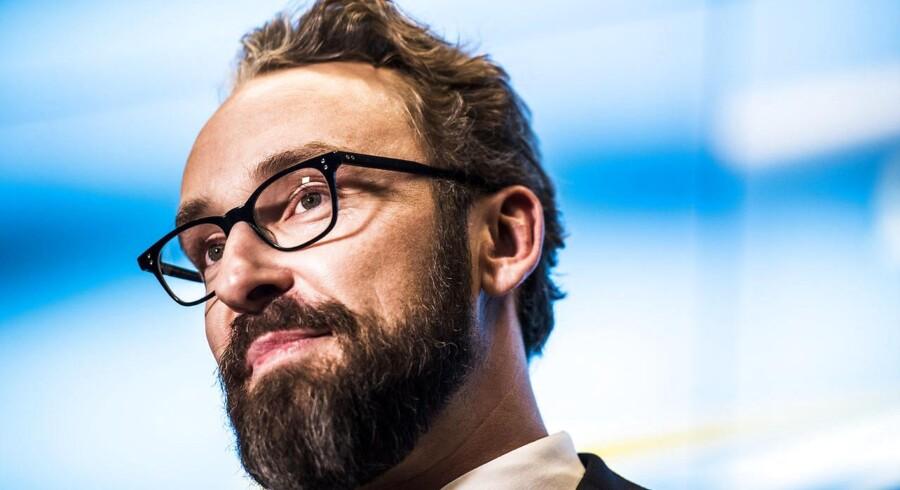 Hans Christian Schmidt overdrager transport-, bygnings- og bolig-ministeriet til Ole Birk Olesen. (Foto: Ólafur Steinar Gestsson/Scanpix 2016)