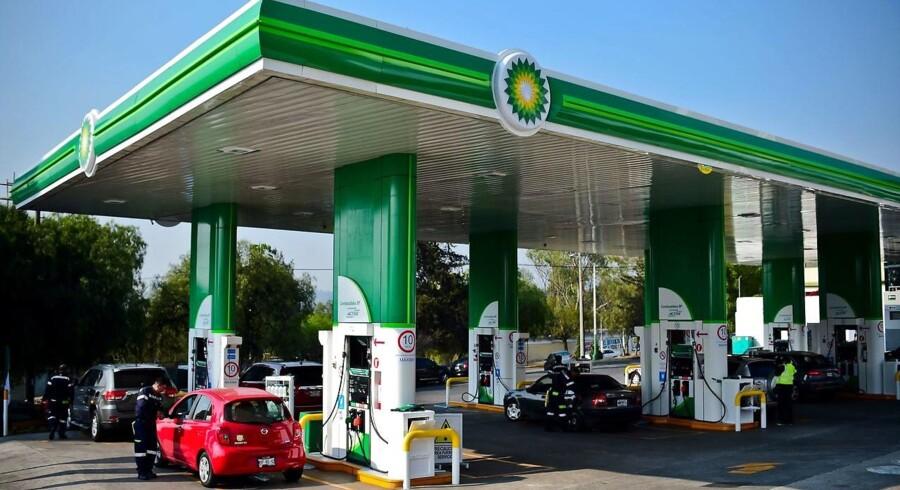 Oliepriserne stiger en smule fredag morgen.