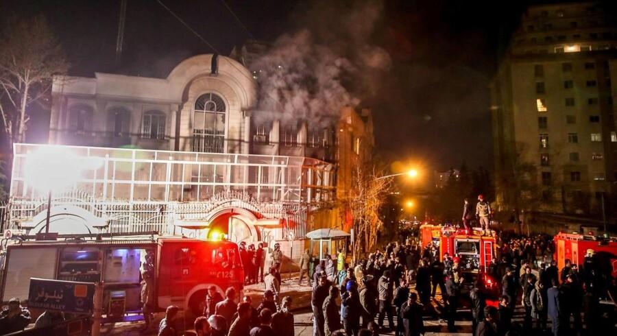 Natten til søndag satte vrede demonstranter ild til Saudi-Arabiens ambassade i Teheran. Urolighederne skyldes, at Saudi-Arabien har halshugget 47 dømte terrorister, heriblandt den shiamuslimske lærde Nimr al-Nimr, som blev anholdt i 2012 og var en kendt kritiker af det saudiarabiske styre. Foto: Mohammad Reza Nadimi