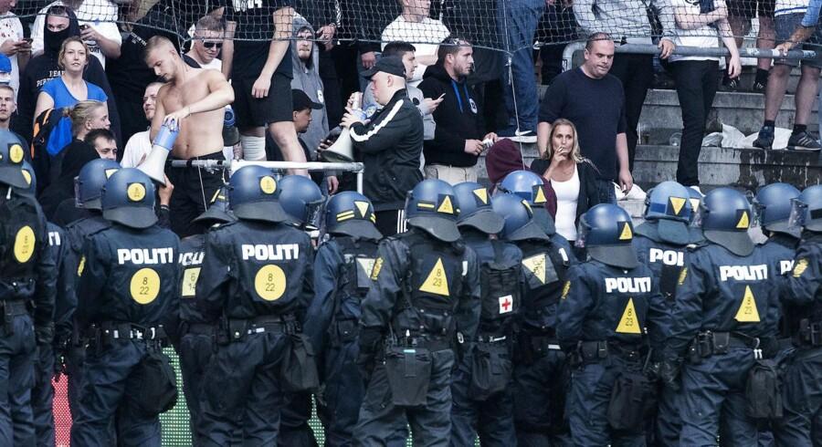 Søndagens derby blev afbrudt i 20 minutter, da en gruppe FCK-fans angreb politi og kontrollører.