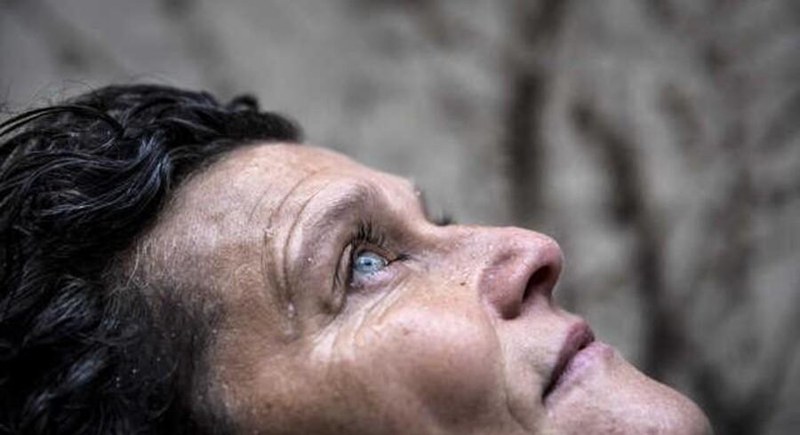 """Dramatikeren Abelone koppel om hendes stykke, """"Tørst"""", der handler om en familie i sorg."""