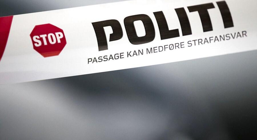 En 22-årig mand er blevet kørt på skadestuen, efter han er blevet stukket ned ved et busstoppested i Aarhus V.