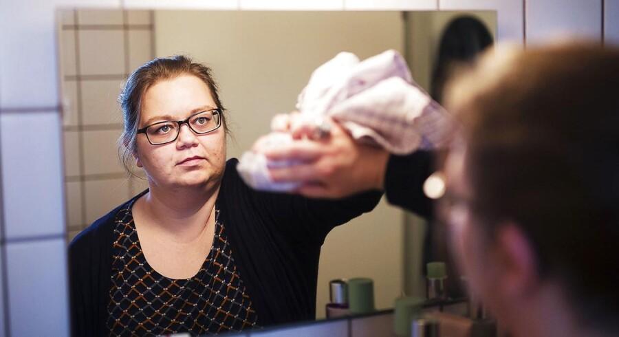 »Når jeg støvsugede, troede jeg, at det jeg støvsugede op, kom ind i mig. Men det har samtalerne hjulpet mig til at forstå ikke er tilfældet,« siger 42-årige Charlotte Vestergaard Jensen, der lider af paranoid skizofreni, om den socialpædagogiske støtte hun modtager fra kommunen i form af en ugentlig støttende samtale.