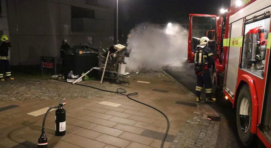 Brandfolk i arbejde i Rosenhøj i Viby nytårsnat 1. januar 2018, hvor redningsmandskabet blev skudt efter med bomberør og fyrværkeri.