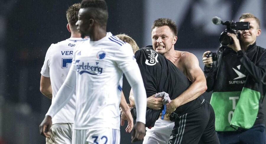 William Kvist i vild jubel krammer den fysiske træner, Anders Storskov, efter FCK's samlede sejr over makedonske Vardar.