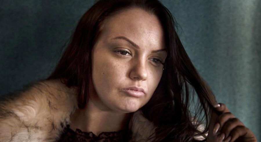 25-årige Siri Køster og de andre piger fra reportageserien »Prinsesserne fra Blokken« har fundet fællesskab ved at smykke sig selv med falske øjenvipper, spraytan og fillers i læberne.