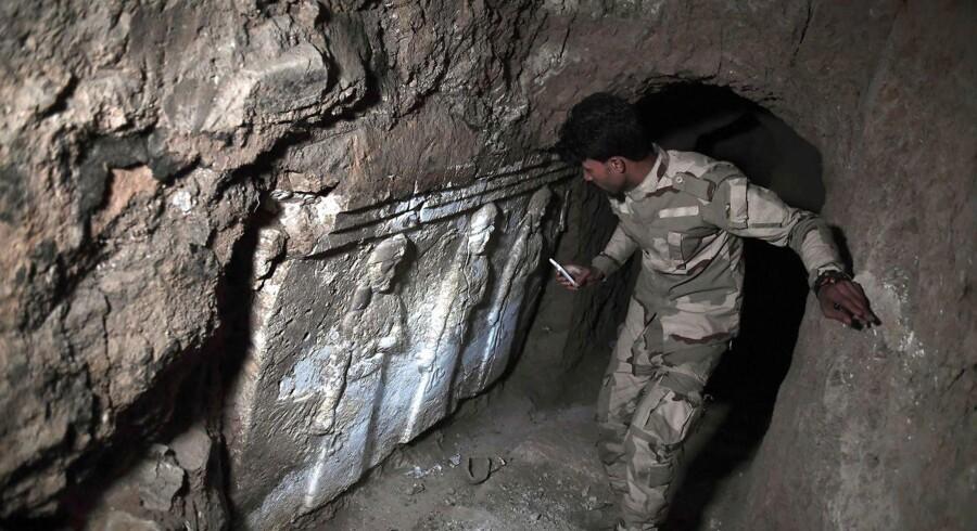 En irakisk soldat står i et af Islamisk Stats mange tunnelsystemer ved Mosul. Ifølge den irakiske hær blev en tysk teenager og andre udenlandske IS-jihadister fundet i live i en tunnel i den vestlige del af Mosul i weekenden. Marts 2017. / AFP PHOTO / ARIS MESSINIS