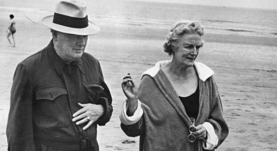 Winston Churchill og hans hustru Clementine fotograferet på stranden ved Hendaye i Sydfrankrig i 1945. Hustruen fik på et tidspunkt besked om ikke længere at bestille mere champagne, men kun vin. Foto: AFP