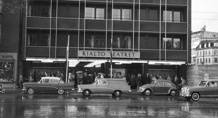 Rialto Teatret på Frederiksberg har haft en omtumlet tilværelse lige siden starten i 1924. De første mange år som biograf, fra 1981 som teater. Billedet her af Egon Engmann er fra 1962.