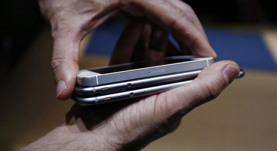 Så stor er forskellen på iPhone 5S (øverst) og iPhone 6 (i midten) og iPhone 6 Plus (nederst). Mange er ikke interesseret i kæmpetelefonerne, mener Apple, der derfor nu forsøger sig med en ny iPhone i størrelse 5S til marts i forsøget på at få det stagnerende salg i gang igen. Arkivfoto: Monica Davey, EPA/Scanpix