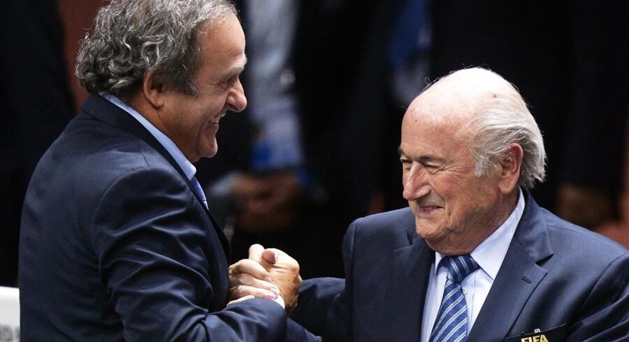 Michel Platini (t.v.) var kongen af europæisk fodbold som aktiv fodboldspiller i 1980erne, siden gik han ind i fodboldpolitik og var favorit til at overtage præsidentposten i fodboldens verdensforbund, FIFA, efter Sepp Blatter (t.h.). Men den ambition led formentlig et endeligt knæk, da både han og Blatter mandag blev udelukket fra fodbold i otte år på grund af brud på FIFAs etiske regler. Foto: Walter Bieri