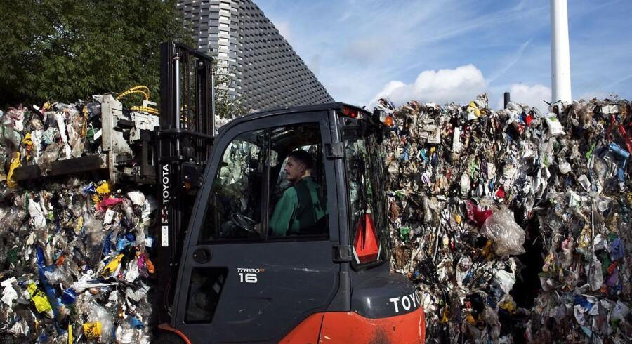Plastaffald fra hovedstadsområdet sendes til Amager Ressource Center, hvor plasten presses sammen til store baller, inden den sendes ud af landet til yderligere sortering og genanvendelse.