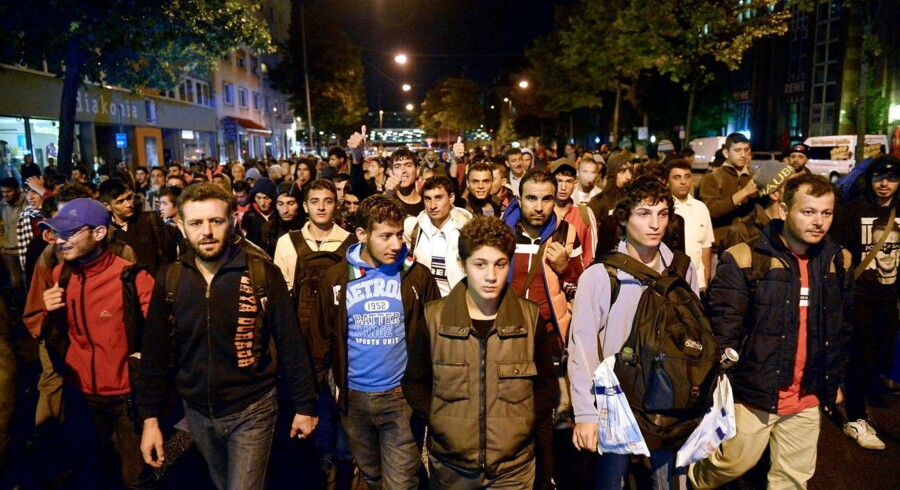 Nyankomne flygtninge på vej fra banegården i München til sovesale og en nats søvn. EPA/ANDREAS GEBERT
