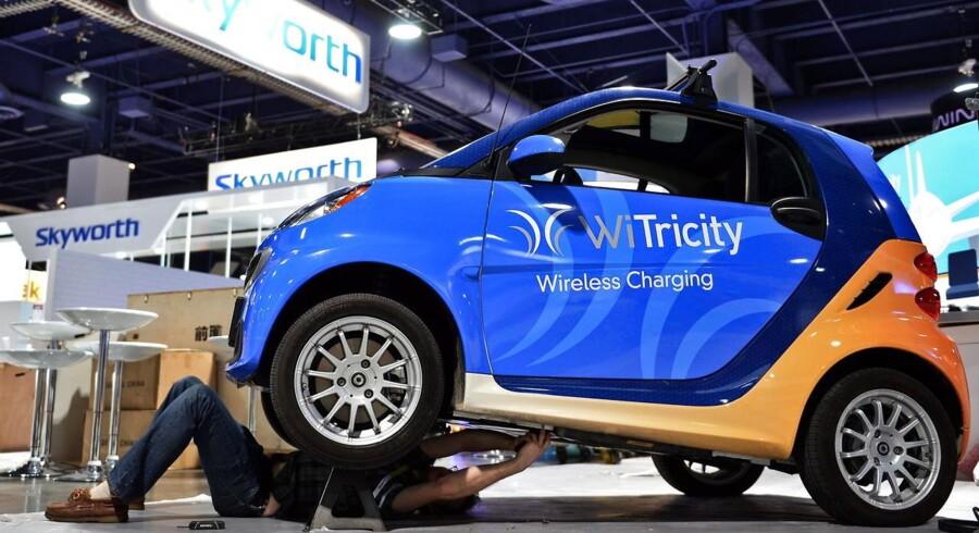 Biler får en fremtrædende rolle på verdens største forbrugerelektronikmesse i Las Vegas i denne uge. Her bliver der lagt sidste hånd på en af standene. Foto: Britta Pedersen, EPA/Scanpix