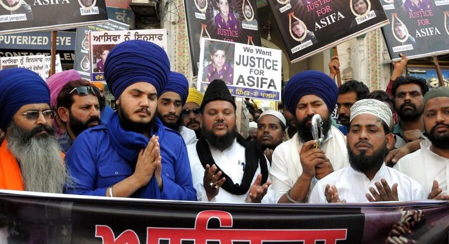 En sag om voldtægt af en otteårig pige fra delstaten Jammu-Kashmir har vakt forargelse. Nu skærper den indiske premierminister straffen for voldtægt af børn under 12 år. EPA/RAMINDER PAL SINGH