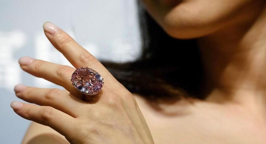 The Pink Star, som er verdens største fejlfri, lyserøde diamant, blev tirsdag solgt på auktion til en rekordpris på godt 496 millioner kroner i Hong Kong.