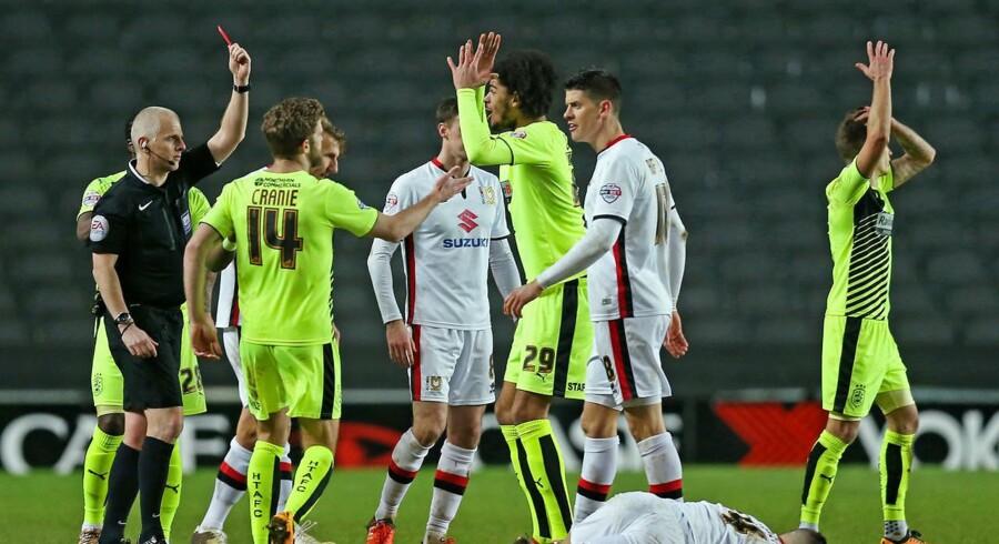 Phillip Billing (midtfor) må på grund af en skade se med fra sidelinjen, når Huddersfield møder Reading på Wembley.