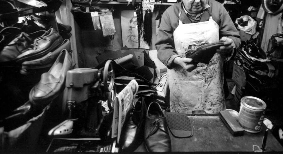 1923: Den tyske skomager Albert Messmer begynder at sætte propper under sko efter han har set en fodboldkamp i silende regn. Han danner i Hamborg-forstaden Eppendorf den virksomhed som siden kommer til at hedde Hummel sammen med sin bror Michael Ludwig Messmer.1956: Den visionære Bernhard Weckenbrock overtager Hummel. Under hans ledelse opstår de klassiske vinkler og Humlelebi-logoet. Virksomhedne begynder også at producerer håndboldsko.