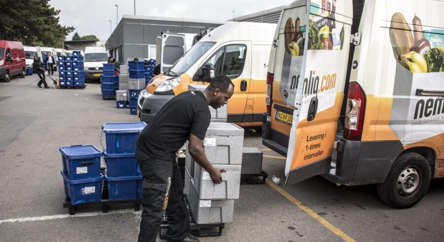 Nemlig.com investerer massivt i logistik og leverer dagligvarer samme dag som bestilling. Vi besøger Nemlig.coms lager