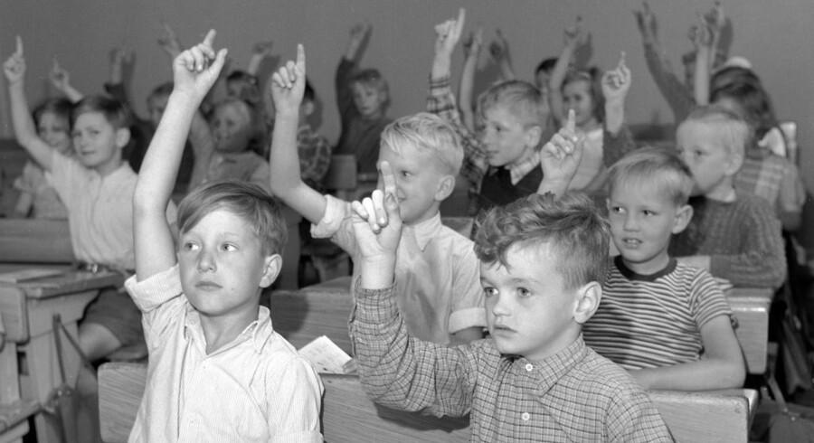 I både folkeskolen og gymnasiet tog man i forrige århundrede håndsoprækning til sig. Men det var kontroversielt i starten. Arkivfoto: Elever på Ellekilde Skole i Lyngby, årgang 1951. (Foto: Aage Sørensen/Scanpix 2014)