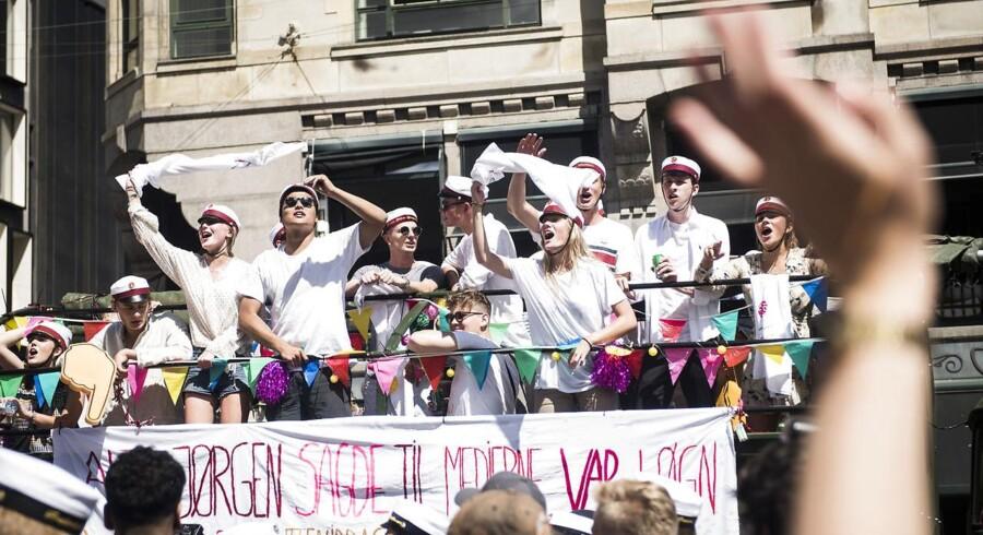 Studenter i det gode sommervejr i det indre København.