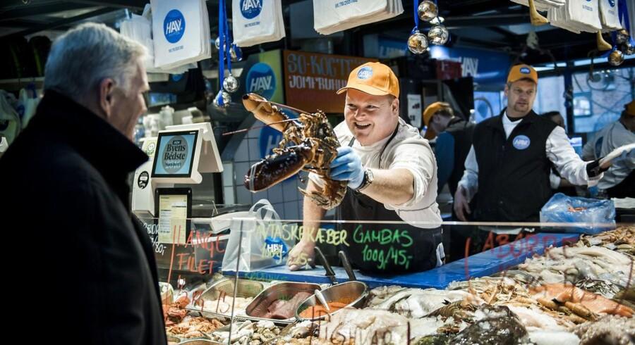 Specialforretninger er i de seneste år lukket på stribe, men nu inviterer supermarkederne slagteren og fiskehandleren indenfor. Kvalitetsfødevarernes indtog i supermarkeder er nye vinde i en branche, som i mange år har været præget af discount og slagtilbud. De seneste par år har blandt andre Coops administrerende direktør, Peter Høgsted, plæderet for sundere madvaner, som skal få forbrugerne til at spendere flere penge på mad. Kvalitetsfødevarer har efterhånden erstattet prisen som et afgørende konkurrenceparameter, og supermarkederne er i gang med at transformere sig til noget andet og mere end et sted, hvor man kan købe en liter mælk.