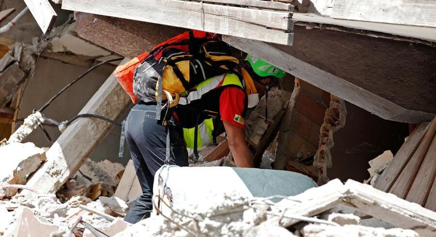 Ingen tsunami-advarsel efter skælv, som blev udløst omkring seks kilometer under havets overflade. REUTERS/Ciro De Luca