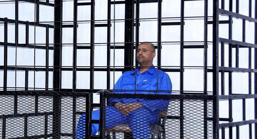 Saif al-Islam Gaddafi under en høring ved retten i byen Zintan i 2014. Ifølge en væbnet milits er han nu en fri mand.