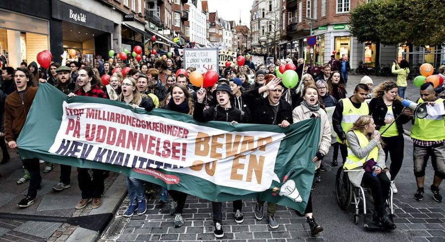 """Arkivfoto: Studerende gik torsdag eftermiddag den 13. oktober i protestdemonstration gennem Aalborg. Studerende over hele landet, samlet i """"Uddannelsesalliancen"""" , står bag demonstrationsdagen med aktioner i landets større byer. Protesterne er imod nedskæringer på uddannelsesområdet. Her er demonstranterne på vej gennem byen (Henning Bagger / Scanpix 2016)"""