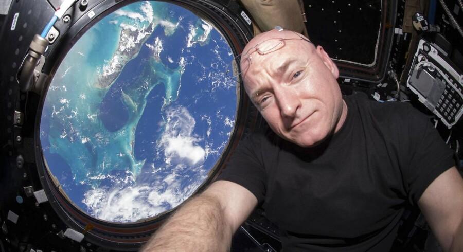 Scott Kelly med jordudsigt fra rumstationens såkaldte cupola. Til Berlingske fortæller han, at vægtløsheden om bord får astronauter til at ligne Frankensteins monster, fordi armene uforvarende kommer til at svæve foran kroppen.