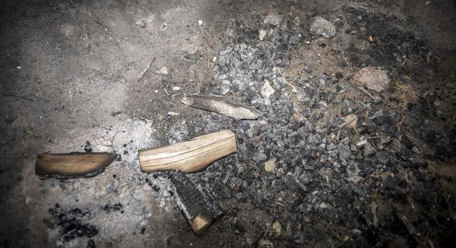 (ARKIV) Rester efter et bål ved Herslev nær Roskilde, mandag den 18. juni 2018. Det var politiet, der 16. juni om morgenen gav tilladelse til, at et bål i Gribskov, tændt i anledning af den muslimske eid-fest, kunne fortsætte, til trods for at der var afbrændingsforbud på grund af tørken. Det var en fejl, erkender politiet. Det fremgår af redegørelsen, at politiet i begyndelsen ikke var klar over, at bålet havde noget med den muslimske højtid eid at gøre. Beslutningen under de samme omstændigheder ville have været den samme, hvis der havde været tale om et sankthansbål, skriver politidirektør Jens-Christian Bülow i redegørelsen, som som Ritzau har fået aktindsigt i fredag den 6. juli 2018.. (Foto: Mads Claus Rasmussen/Ritzau Scanpix)