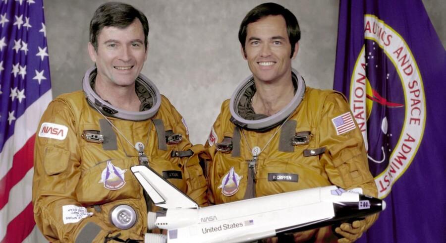 John Young (tv.) og Robert Crippen poserer med en model af rumskibet Columbia i Johnson Space Center i Houston, maj 1979. Privatfoto.