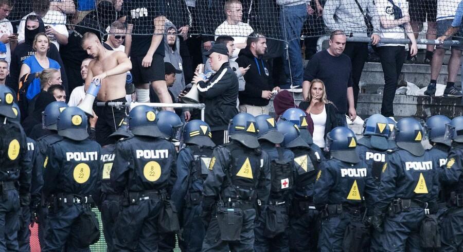 De 42 lovovertrædelser ved søndagens kamp mellem FCK og Brøndby drejer sig blandt andet om vold mod politiet, vold mod kontrollører, besiddelse af slagvåben og for at være maskeret.