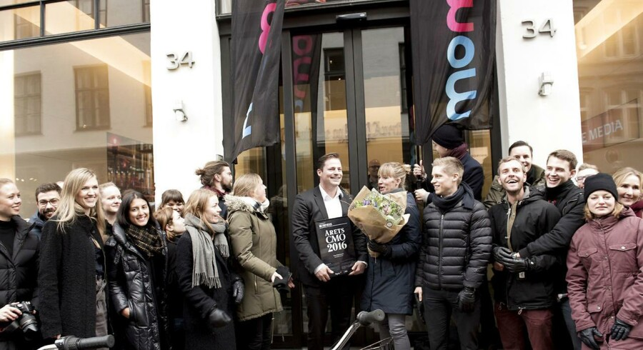 Årets CMO 2016 er Tore Pein Jensen fra Momondo. Prisen overrækkes af Berlingskes salgs- og marketingdirektør, Jens B. Arnesen. Efter overrækkelsen overrasker medarbejdere fra Momondo ham i Pilestræde.