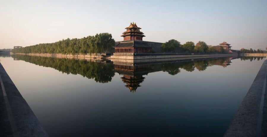 Eneste ikke-amerikanske attraktion på listen er »Den Forbudte By« i Kina. Årligt kommer der 15.3 mio. mennesker forbi. En stor del af gæsterne er kineserne selv, da der er flest besøgende under de kinesiske ferie- og helligdage.